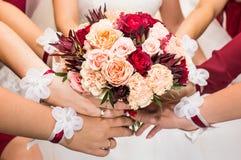 关闭新娘和女傧相花束 免版税库存照片