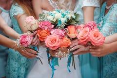 关闭新娘和女傧相花束 免版税库存图片