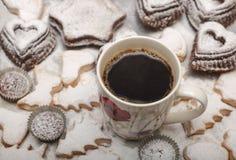关闭新近地被烘烤的新年曲奇饼和热的咖啡看法, 图库摄影