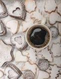 关闭新近地被烘烤的新年曲奇饼和热的咖啡看法, 库存图片