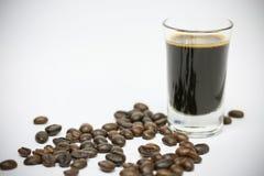 关闭新鲜的咖啡豆和隔绝在白色背景、新材料从市场,健康饮料和国际饮料 免版税图库摄影