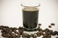 关闭新鲜的咖啡豆和隔绝在白色背景、新材料从市场,健康饮料和国际饮料 库存照片