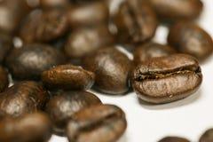 关闭新鲜的咖啡豆和隔绝在白色背景、新材料从市场,健康饮料和国际饮料 免版税库存照片