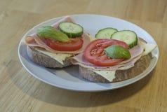 关闭新鲜的家庭做的黑麦面包三明治用slic火腿的乳酪 图库摄影