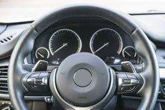 关闭方向盘 汽车控制台控制板电子仪器航海 航海屏幕 现代汽车内部细节 免版税库存照片
