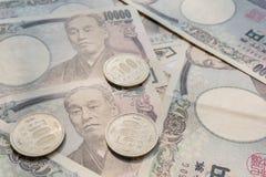 关闭日元货币钞票和硬币的图象 免版税库存图片