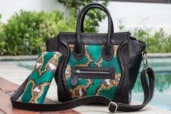 关闭时髦的母snakseskin Python豪华袋子户外 时兴和新款式昂贵的女性袋子 库存照片