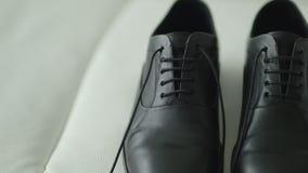 关闭昂贵, e; egant,皮革人` s鞋子 影视素材