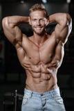 关闭显示在健身房肌肉的坚强的吸收人 免版税库存照片
