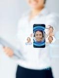 关闭显示智能手机的女实业家 免版税库存图片