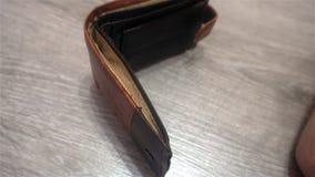 关闭显示空的钱包的女性商人` s手 个人或企业破产的概念,财政 影视素材