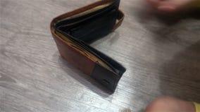 关闭显示空的钱包的女性商人` s手 个人或企业破产的概念,财政 股票视频