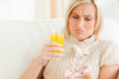 关闭显示药片的一名哀伤的妇女 免版税图库摄影