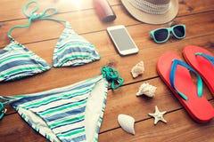 关闭智能手机和海滩材料 免版税库存照片