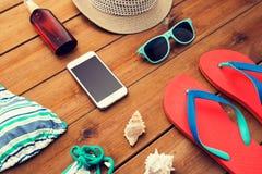 关闭智能手机和海滩材料 图库摄影