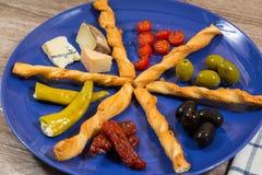 关闭有两的地中海开胃小菜板材oliv 库存图片