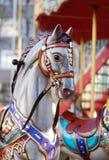 关闭有五颜六色的辔的白色转盘马头,在Blurred背景 水平的图象 免版税库存图片