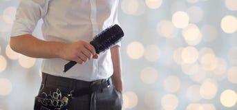 关闭有刷子的男性美发师在沙龙 免版税库存照片