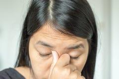 关闭有前额皱痕的亚裔妇女,变老皮肤 库存照片