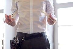 关闭有剪刀的男性美发师在沙龙 免版税库存照片