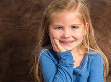 关闭有华美的眼睛的可爱的小女孩 免版税库存图片