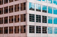 关闭有反射在窗口里的大厦的摩天大楼 免版税库存照片