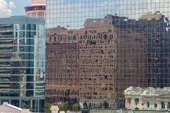 关闭有反射在窗口里的大厦的摩天大楼 免版税库存图片