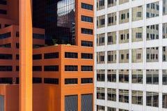 关闭有反射在窗口里的大厦的摩天大楼 库存照片