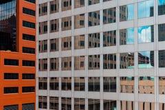 关闭有反射在窗口里的大厦的摩天大楼 库存图片