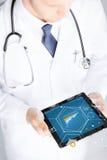 关闭有听诊器和片剂个人计算机的医生 免版税库存图片