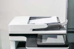 关闭有嘲笑的白色办公用打印机纸板料 免版税库存照片