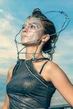 关闭有在她的面孔胶合的水晶的一名美丽的妇女 免版税图库摄影