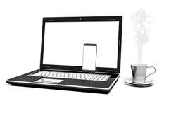 关闭有在白色背景和手机的咖啡杯隔绝的膝上型计算机 免版税库存图片