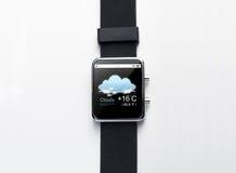 关闭有天气预报的app巧妙的手表 免版税库存图片