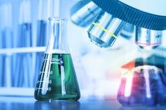 关闭有实验室玻璃器皿的,科学实验室resea显微镜 免版税库存图片