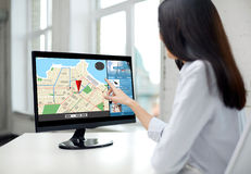 关闭有导航员地图的妇女在计算机上 免版税图库摄影