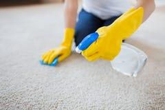 关闭有布料清洁地毯的妇女 免版税库存图片