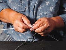 关闭有年长妇女编织的毛纱毛线衣或围巾皱痕的手为冬天 祖母编织在 库存照片