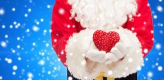 关闭有心脏形状的圣诞老人 免版税库存照片