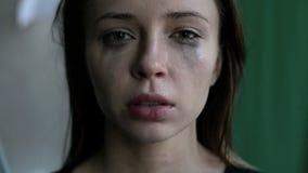关闭有抹上的一名害怕的和哭泣的妇女组成