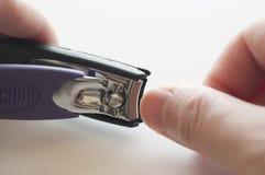 关闭有指甲夹的手 免版税库存照片