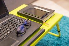关闭有时髦的eyeglasse的一台现代桌面工作站 库存图片