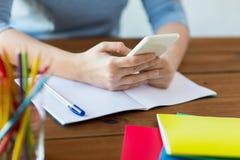 关闭有智能手机和笔记本的学生 免版税库存照片