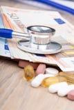 关闭有有些药片的一个听诊器 免版税库存照片