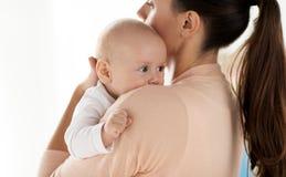 关闭有母亲的小男婴 免版税库存照片
