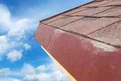 关闭有沥青瓦片的新的屋顶建设中 免版税库存图片
