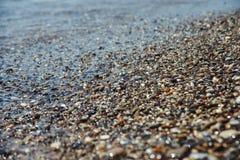 关闭有海的Pebble海滩 免版税图库摄影