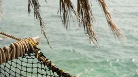 关闭有热带海洋的浪漫舒适空的吊床背景的 对天堂,旅行的假期向海 影视素材