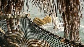 关闭有热带海洋的浪漫舒适空的吊床背景的 对天堂,旅行的假期向海 股票视频