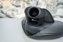 关闭有照相机的会议电话在桌上 免版税库存图片